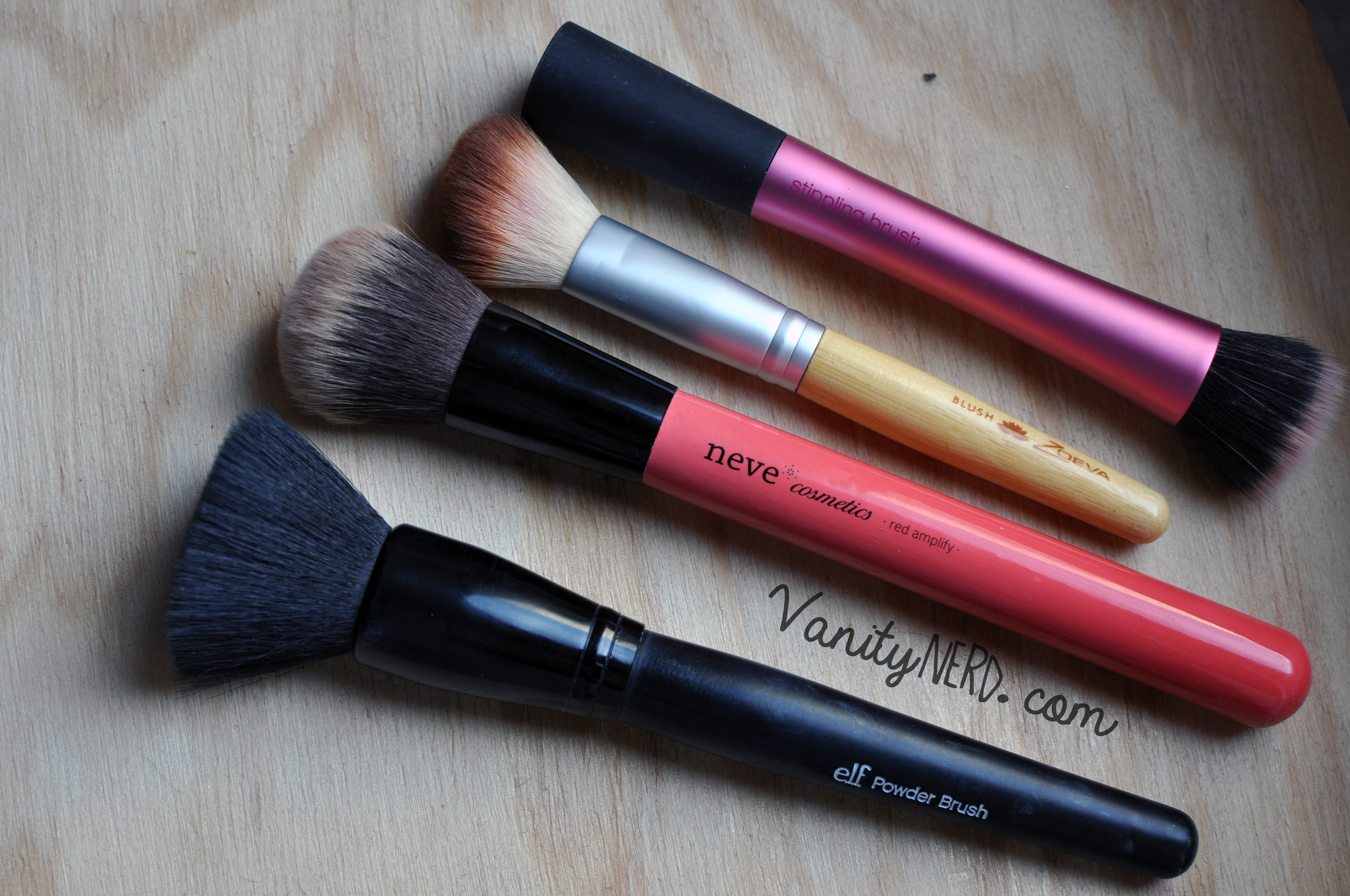 "Dall'alto: Real Techniques ""Stippling Brush"" - Elf ""blush brush"" (mini bamboo set) - Neve ""Red Amplify"" - Elf ""Powder brush"""